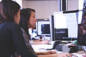 Mujeres trabajando en la oficina